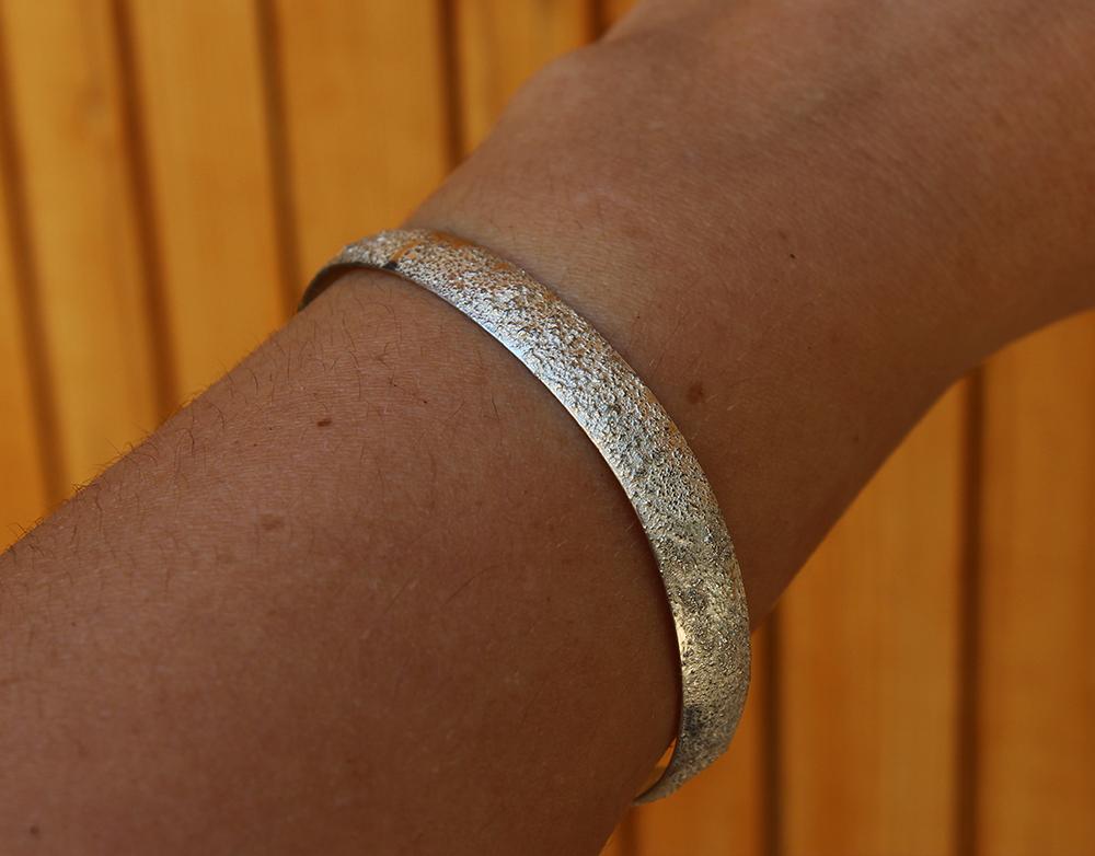 bracelet-texturé-argent-porté