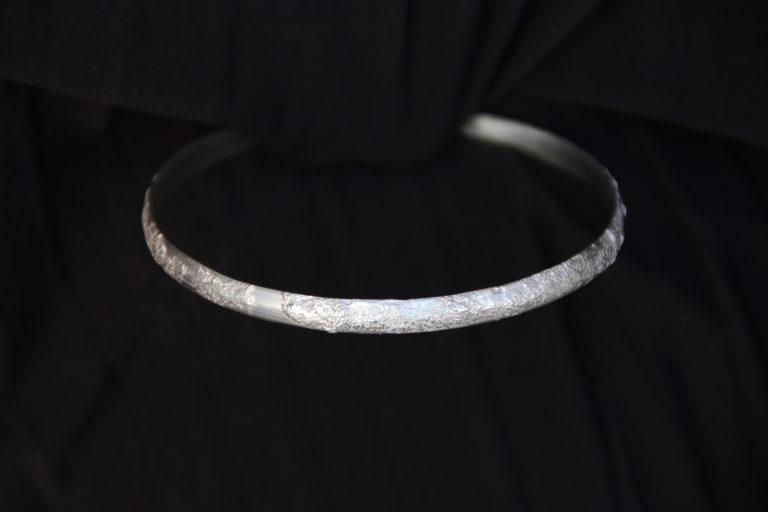 Bracelet demi jonc texturé argent